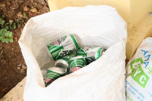 Vỏ bia được bỏ vào bao ở sân trường THCS Nguyễn Khánh Toàn, Thị xã Hương Trà.