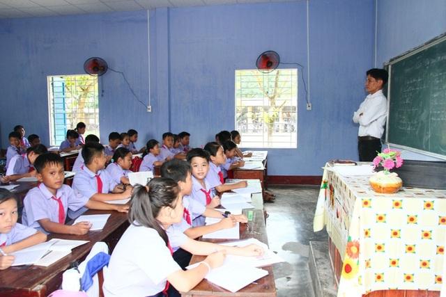 Trường bên cạnh cách đó không xa là trường THCS Hà Thế Hạnh vẫn học tập bình thường.