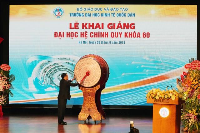 Phó Thủ tướng Vương Đình Huệ đánh trống khai giảng tại trường Đại học Kinh tế Quốc dân (Hà Nội).