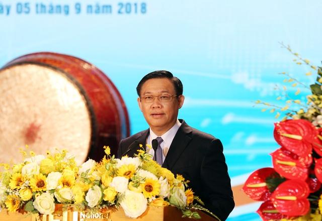 Phó Thủ tướng Vương Đình Huệ dự lễ khai giảng tại trường Đại học Kinh tế Quốc dân (Hà Nội).