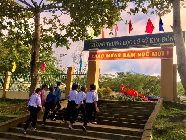 Các em học sinh trường THCS Kim Đồng, huyện miền núi Đông Giang đến trường làm lễ khai giảng năm học mới 2018-2019