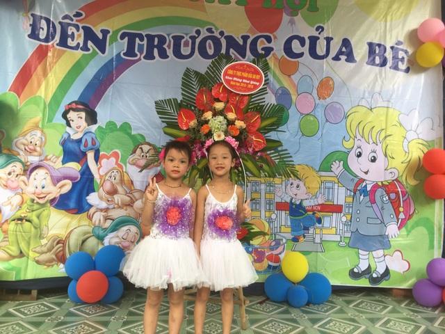 Các cháu bé lớp 5 tuổi trường Mầm non Đông Phong hào hứng đến dự lễ khai giảng năm học mới. (Ảnh: Bá Đoàn)