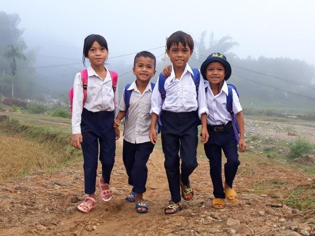 Học sinh vùng cao Quảng Ngãi nô nức đến trường đón năm học mới trong màn sương dày đặc