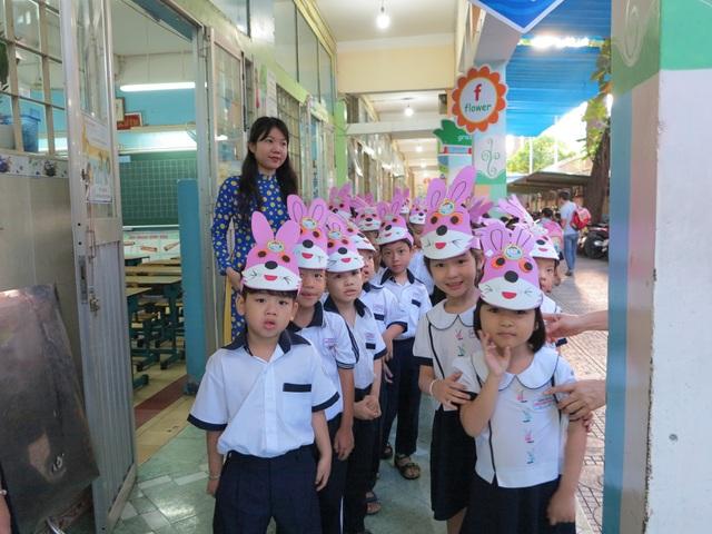 Học sinh lớp 1 trường Tiểu học Trần Bình Trọng (quận 5) hớn hở trước lễ khai giảng đầu tiên của mình. (Ảnh: Nguyễn Quang)