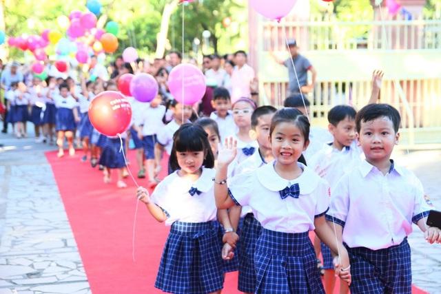 Các học sinh lớp 1 trường tiểu học Trần Quốc Toản ngày đầu tiên đến trường. (Ảnh: Đại Dương)