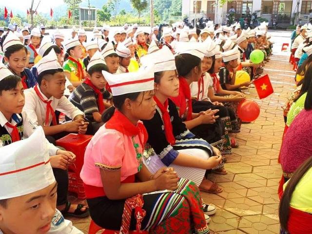 Các em học sinh trường DTNT huyện Kỳ Sơn đã cố gắng vượt qua khó khăn để dự lễ khai giảng. (Ảnh: Nguyễn Tú)