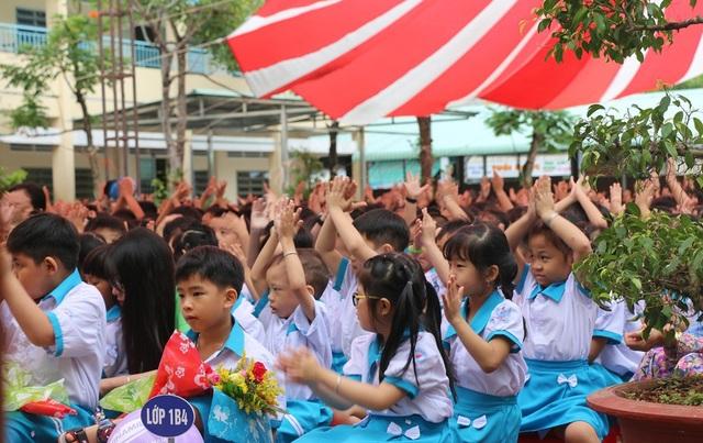 Các em học trò lớp 1 trường tiểu học An Thới 1 Cần Thơ rộn ràng đón năm học mới