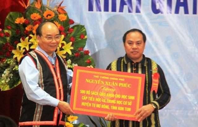 Thủ tướng Nguyễn Xuân Phúc trao tặng 500 bộ sách giáo khoa đến học sinh vùng cao.