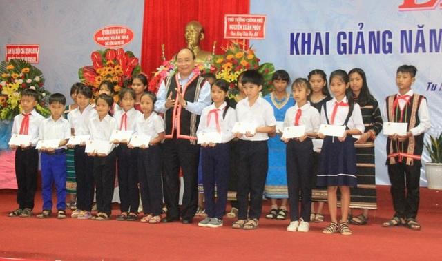 Thủ tướng trao tặng học bổng đến những em học sinh nghèo, vượt khó học giỏi.