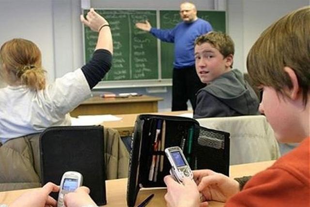 Pháp cấm các học sinh sử dụng điện thoại di động trong nhà trường kể từ năm học 2018-2019