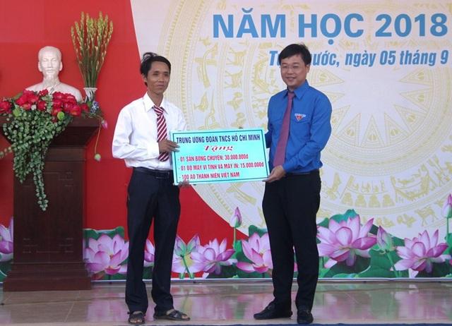 Anh Lê Quốc Phong, Bí thư thứ nhất Trung ương Đoàn TNCS Hồ Chí Minh tặng công trình thanh niên cho Trường THPT số 3 Tuy Phước (huyện Tuy Phước).
