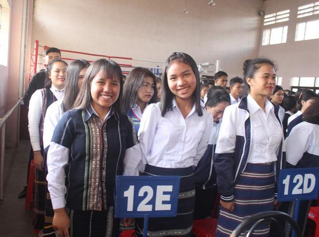 Các nữ sinh trường Dân tộc nội trú xúng xính trong trong phục truyền thống của dân tộc mình dự lễ khai giảng. (Ảnh: Ngọc Hà)