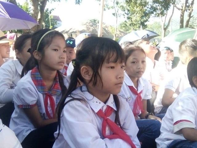 Học sinh tại vùng ngập lụt huyện Bá Thước trong ngày lễ khai giảng.