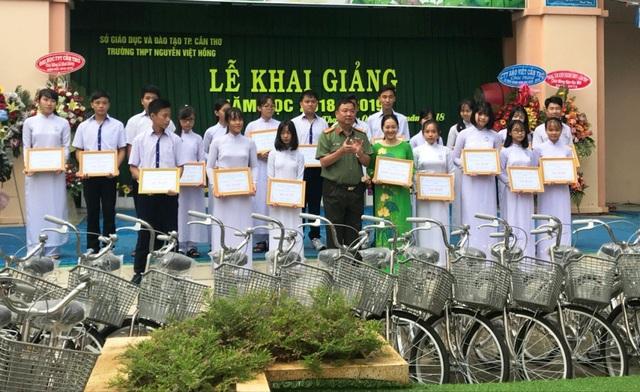 Nhân dịp khai giảng, đại tá Trần Ngọc Hạnh - Giám đốc Công an Cần Thơ trao 20 xe đạp và 20 ngàn cuốn tập cho các em ở trường THPT Nguyễn Việt Hồng.