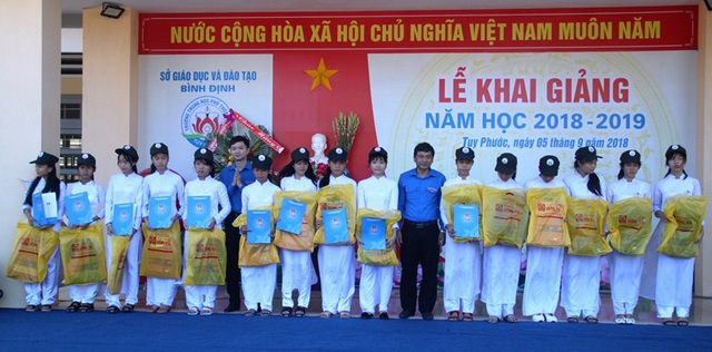 Anh Lê Quốc Phong, Bí thư thứ nhất Trung ương Đoàn TNCS Hồ Chí Minh trao học bổng cho học sinh Trường THPT số 3 Tuy Phước (huyện Tuy Phước, Bình Định).