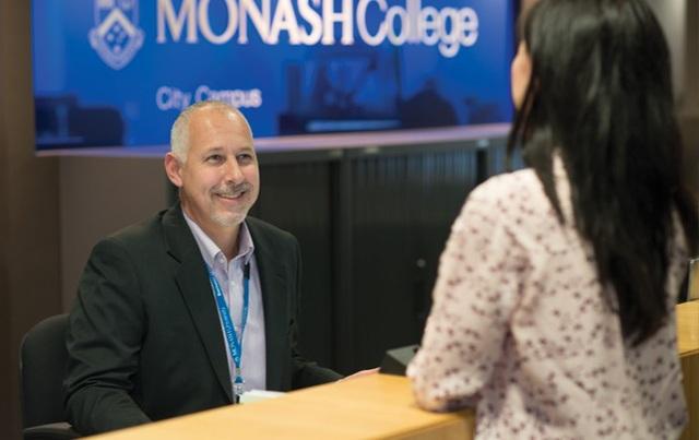 Sinh viên Monash College tìm hiểu thêm về dịch vụ hỗ trợ SV