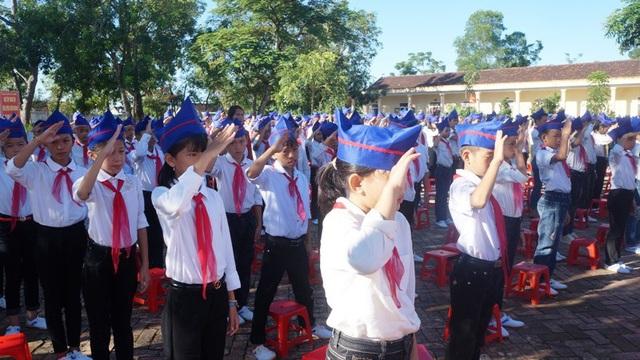 Các học sinh đang làm lễ chào cờ.