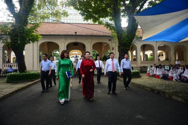 Chủ tịch Quốc hội Nguyễn Thị Kim Ngân đến chung vui với thầy trò trường chuyên Lê Hồng Phong, TPHCM trong lễ khai giảng.
