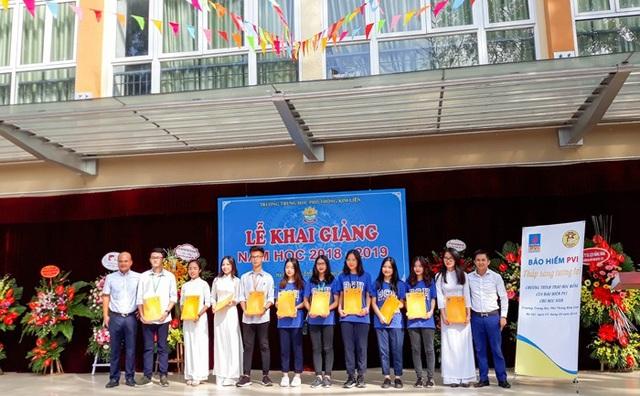 Trao học bổng tại trường PTTH Kim Liên Hà Nội