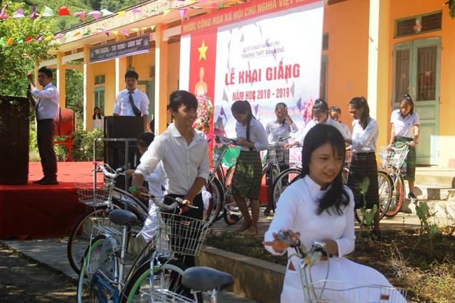 Học sinh hân hoan đón nhận xe đạp mới nhân ngày khai trường