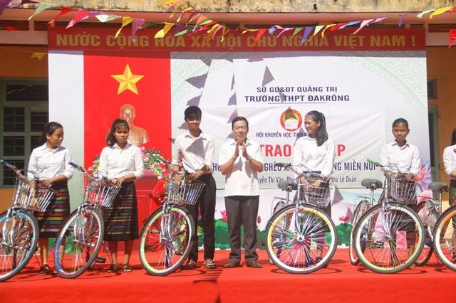Ông Phan Hữu Xuấn - Phó Chủ tịch Hội Khuyến học tỉnh Quảng Trị và lãnh đạo nhà trường đã trao 10 xe đạp cho 10 em học sinh trường THPT Đakrông.