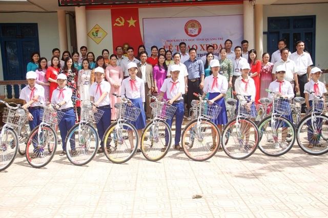 Tặng xe đạp mới cho học sinh trường Khe Sanh