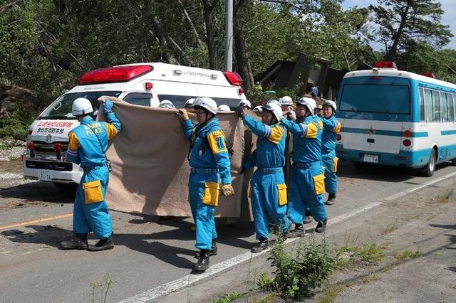 Trận động đất xảy ra lúc nửa đêm khiến ít nhất 2 người thiệt mạng, 38 người mất tích và khoảng 140 người bị thương. (Ảnh: AFP)