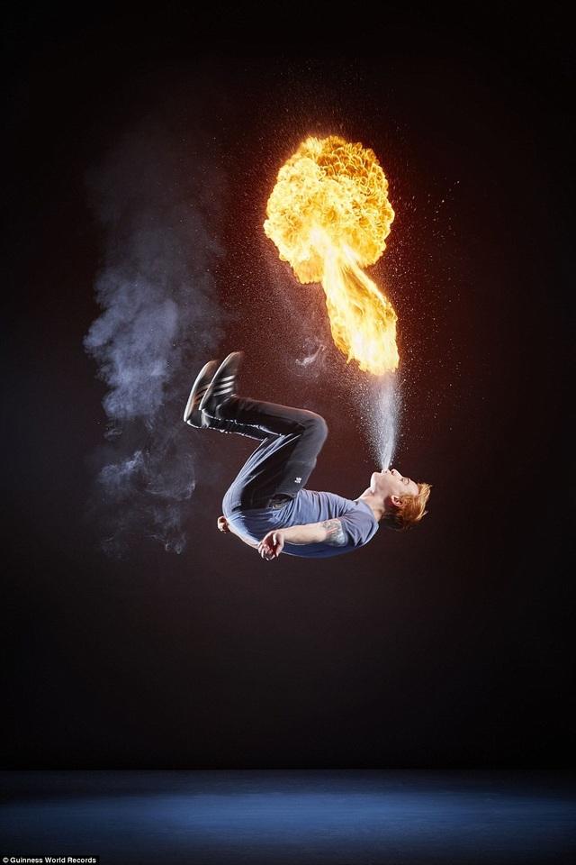Số lần thổi lửa kết hợp bật nhảy lộn ngược trong vòng một phút nhiều nhất là 14 lần. Kỷ lục này thuộc về Ryan Luney đến từ Antrim, Bắc Ireland.