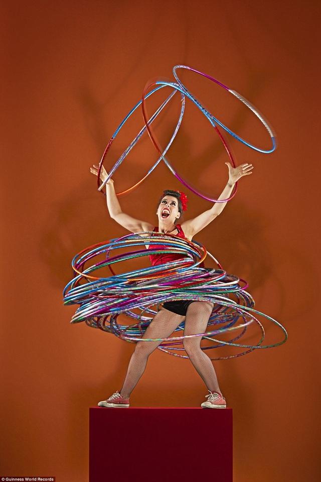 Số lượng vòng lắc nhiều nhất được xoay cùng lúc trên các phần khác nhau của cơ thể là 59 vòng. Kỷ lục thuộc về người phụ nữ Đức có tên Dunja Kuhn.