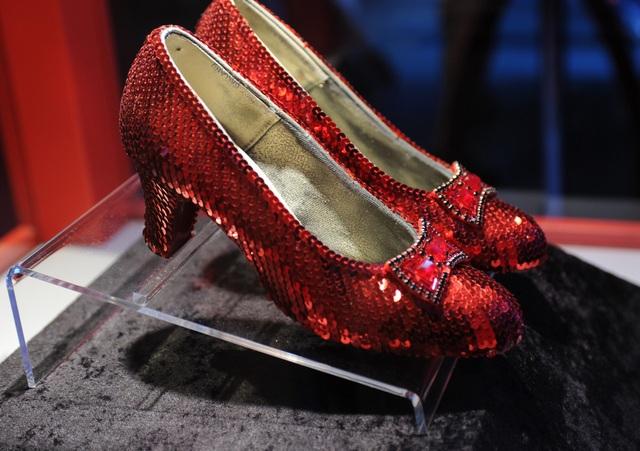 Đôi giày đỏ màu hồng ngọc đã trở thành hình ảnh trứ danh trong bộ phim kinh điển