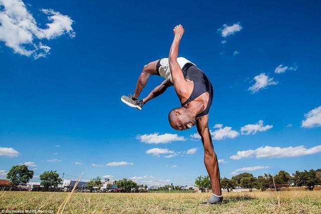 Số lần nhào lộn tung người liên tiếp được thực hiện trên một bàn tay là 34 lần, kỷ lục này thuộc về Zama Mofokeng đến từ Tembisa, Nam Phi.
