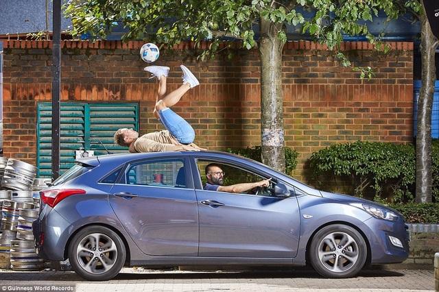 Thời gian dài nhất mà một người có thể điều khiển trái bóng bằng đế giày khi đang ở trên một nóc xe ô tô chuyển động là 93 giây. Kỷ lục này thuộc về anh Ash Randall (đến từ Anh).