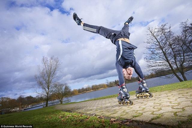 Anh Mirko Hanaen (đến từ Bocholt, Đức) là người trượt patin bằng tay trên quãng đường 50m nhanh nhất khi chỉ mất 8,55 giây.