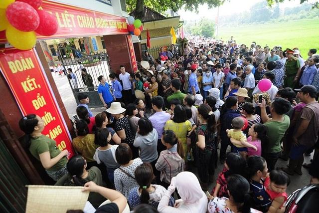 Các phụ huynh có mặt tại Trường Tiểu học Sơn Đồng phản ánh về những khoản thu vô lý của nhà trường trước thềm năm học mới 2018-2019. Ảnh: Hải Nguyễn.