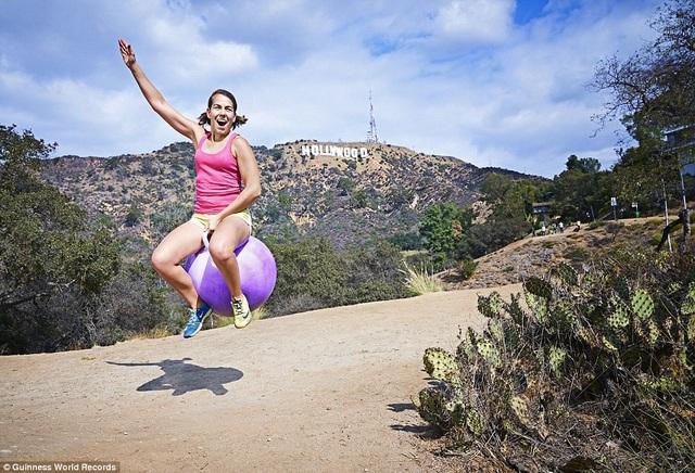 Người di chuyển nhanh nhất trên quãng đường 100m bằng bóng cao su có tay cầm (nữ) là 38,22 giây. Người thực hiện là chị Ali Spagnola đến từ bang California, Mỹ.