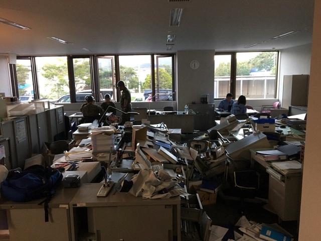 Văn phòng của Lực lượng phòng vệ Nhật Bản tại thị trấn Abira xáo trộn sau trận động đất. (Ảnh: Reuters)