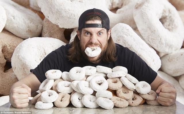 """Số lượng bánh """"doughnut"""" phủ bột được ăn nhiều nhất trong vòng 3 phút là 9 chiếc. Người thực hiện thành công kỷ lục này là anh Kevin Strahle đến từ Mỹ."""