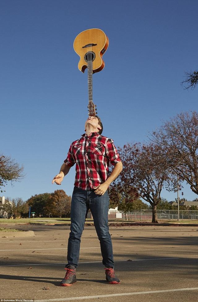 Người cân bằng đàn ghita trên trán lâu nhất là trong 7 phút 3,9 giây. Kỷ lục này được thực hiện bởi Josh Horton đến từ bang Texas, Mỹ.