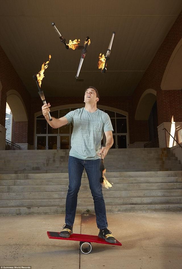 Số lượng bó đuốc nhiều nhất được tung hứng khi người thực hiện đang làm động tác thăng bằng là 5 bó. Kỷ lục này đạt được bởi anh chàng người Mỹ Josh Horton.