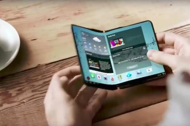 Chiếc smartphone màn hình gập của Samsung nhận được sự quan tâm nhiều hơn so với iPhone X của Apple.