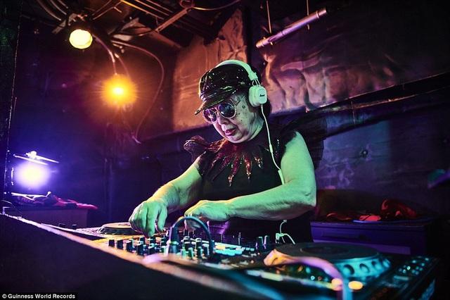 """Là chủ một quán ăn nhỏ, ban ngày bà Sumiko Iwamura (83 tuổi, đến từ Tokyo, Nhật Bản) sở hữu cuộc sống bình lặng của một cụ bà 83 tuổi, nhưng về đêm bà trở thành một DJ """"máu lửa"""" với nghệ danh Sumirock. Với nghề nghiệp đặc biệt của mình, bà trở thành DJ chuyên nghiệp lớn tuổi nhất thế giới. Sau khi kết thúc công việc ở quán ăn, bà Sumiko tới hộp đêm Decabar Z để làm DJ, bà không cảm thấy mệt mỏi vì """"được làm những điều khác biệt sẽ giúp ta có thêm năng lượng"""". Bản thân bà Sumiko cũng không nghĩ mình lại có thể trở thành DJ ở tuổi này, chia sẻ về trải nghiệm của bản thân, bà nhận định: """"Hãy thử làm điều gì đó mới mẻ và đừng từ bỏ. Luôn có những cơ hội nằm ở đâu đó bên cạnh mỗi bước ngoặt""""."""