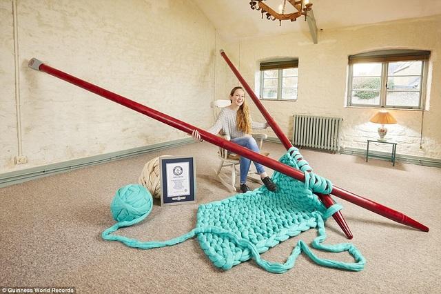 Cô Elizabeth Bond (31 tuổi, đến từ Wiltshire, Anh) đã tạo nên cặp kim đan lớn nhất thế giới với chiều dài 4,4m. Bản thân cô Bond không phải một người đam mê đan len nhưng cô tạo ra cặp kim đan này để phục vụ một triển lãm nghệ thuật.