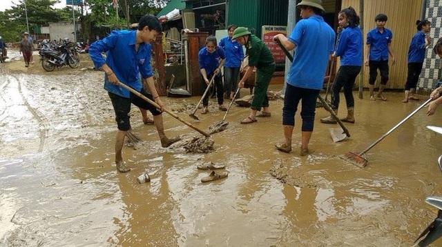 Huy động lực lượng thanh niên tại địa bàn và thành lập các đội thanh niên xung kích tình nguyện, ra quân đồng loạt giúp nhân dân dọn dẹp nhà cửa, khắc phục hậu quả sau mưa lũ, trong đó ưu tiên các hộ khó khăn về lao động, các gia đình chính sách, neo đơn.
