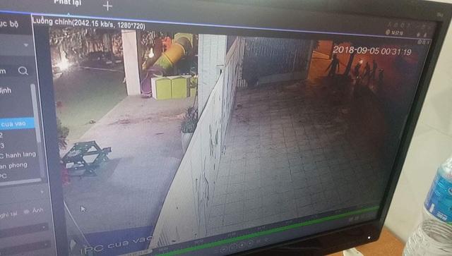 Hình ảnh trích xuất camera an ninh cho thấy có 4 người ở trước cổng trường vào nửa đêm 4/9, rạng sáng 5/9