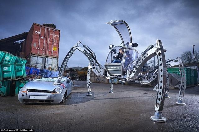 Anh Matt Denton (45 tuổi, đến từ Winchester, Anh) đã lập kỷ lục chế tạo được robot 6 chân, có thể lái, lớn nhất thế giới. Robot này có chiều cao 2,8m, chiều rộng 5m. Tình yêu của Matt dành cho robot bắt đầu từ khi anh còn rất nhỏ với những bộ đồ chơi xếp hình cùng những bộ phim khoa học viễn tưởng.