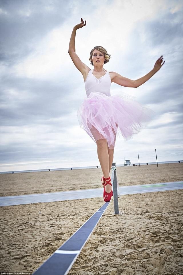 Người phụ nữ Nga có tên Olga Henry hiện đang nắm giữ kỷ lục là người bước đi nhanh nhất trên dây chùng dài 10m bằng mũi chân. Để thực hiện, cô Olga mất 2 phút 33,71 giây.