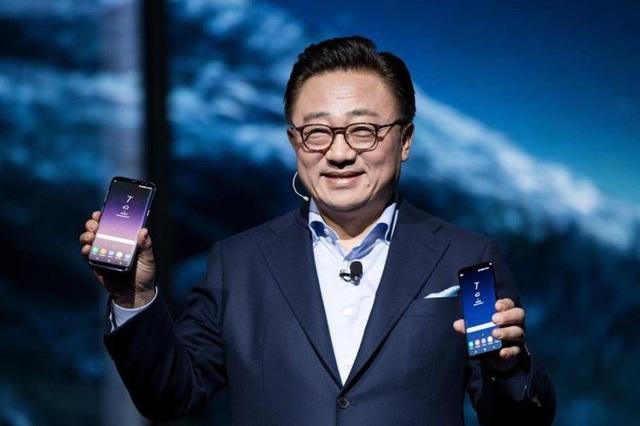 """DJ Koh - Thủ lĩnh mảng di động của Samsung hé lộ rằng """"siêu phẩm"""" Galaxy F sẽ được ra mắt ngay trong năm nay."""
