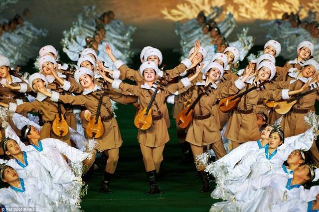 """Theo những người từng tham gia các buổi biểu diễn trước đó, các màn đồng diễn """"khủng"""" của Triều Tiên bao gồm các tiết mục nghệ thuật và nhảy múa, với quy mô tương đương với lễ khai mạc hay bế mạc các kỳ thế vận hội. Mỗi năm, các màn trình diễn sẽ đi theo một chủ đề khác nhau như kinh tế, lịch sử, chính trị, văn hóa."""