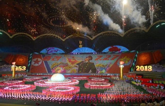 """Nhà nghiên cứu về Triều Tiên Andray Abrahamian đã gọi các màn đồng diễn Arirang là """"câu chuyện về đất nước được lồng ghép một cách ngoạn mục vào 90 phút trình diễn. Các nghệ sĩ và người tham gia vừa truyền tải các thông điệp vừa thể hiện sự hợp tác vô cùng ăn ý và kỹ năng trình diễn xuất sắc"""". Ông Abrahamian thậm chí còn so sánh Arirang với giải đấu bóng bầu dục huyền thoại Super Bowl của người Mỹ về mức độ hoành tráng. Theo ông, chỉ trong một khoảng thời gian không dài, các màn trình diễn đã nêu bật được chủ nghĩa anh hùng, quân đội, quảng bá đất nước và nền kinh tế Triều Tiên."""
