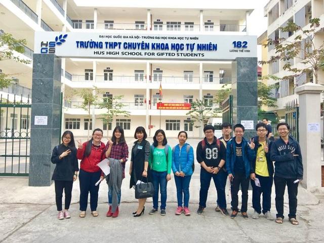 Nguyễn Phương Thảo (thứ 2 từ trái sang) giành cú đúp Huy chương vàng Olympic Sinh học quốc tế và cô giáo Thanh Huyền (thứ tư từ trái sang) cùng các bạn học sinh Trường THPT Chuyên Khoa họcTự nhiên, ĐHQGHN